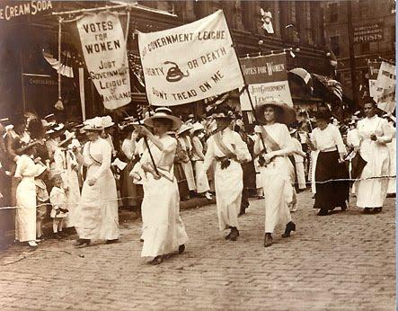 Mujeres manifestándose por su derecho a voto.